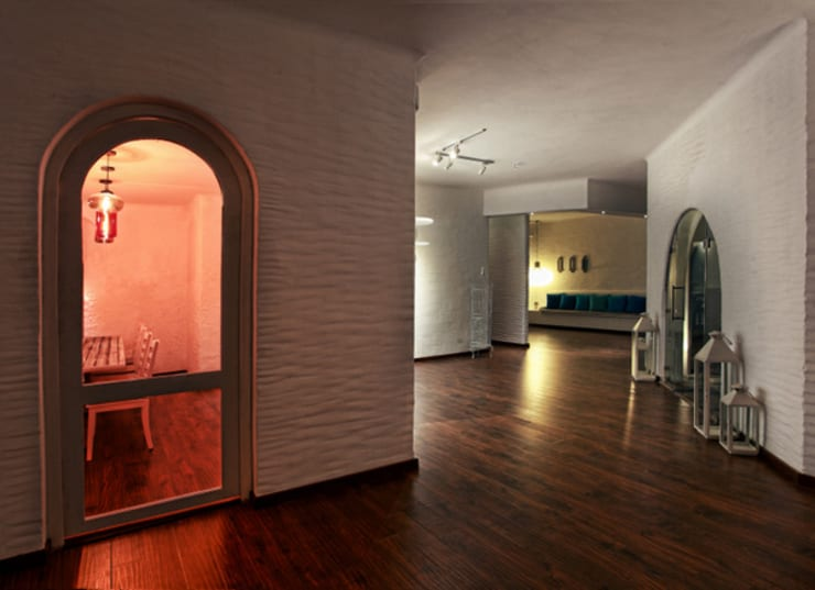 The Blue Door:  Corridor & hallway by Saloni Narayankar Interiors