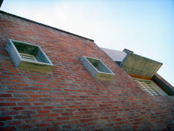 Detalles en la fachada Este: Casas de estilo  por Odart Graterol Arquitecto