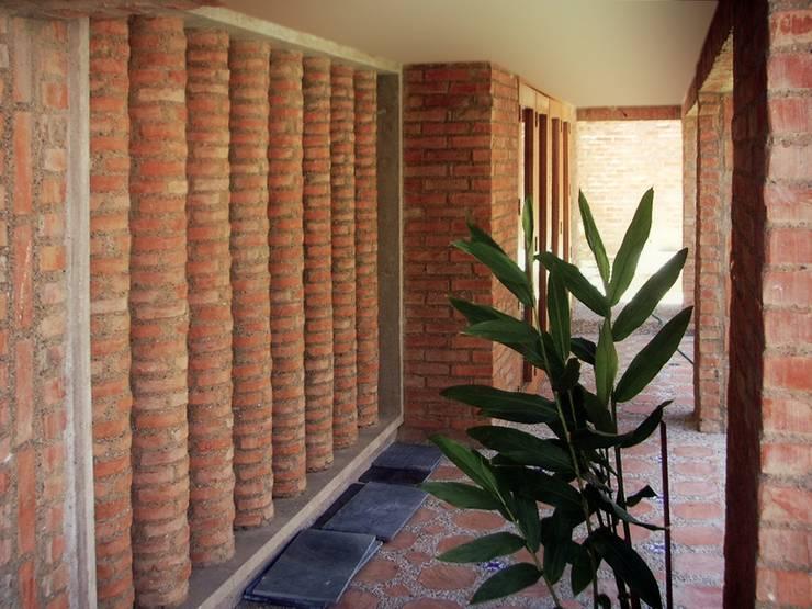 Galería Fachada Sur-Oeste: Pasillos y vestíbulos de estilo  por Odart Graterol Arquitecto