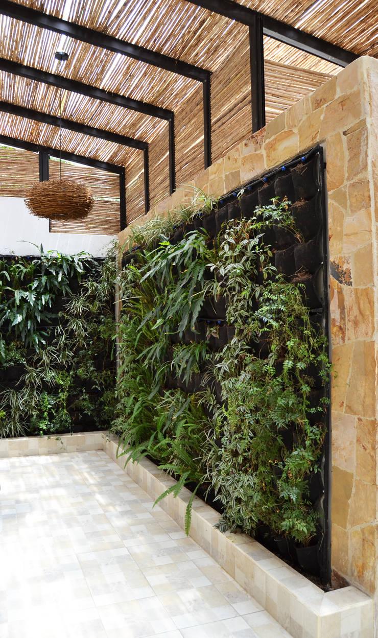 CASA DEL BOSQUE: Jardines de estilo  por santiago dussan architecture & Interior design