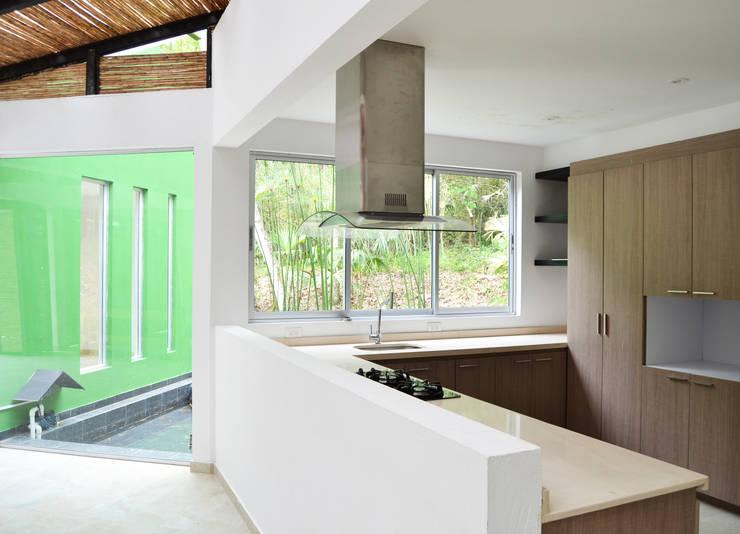 CASA DEL BOSQUE: Cocinas de estilo  por santiago dussan architecture & Interior design