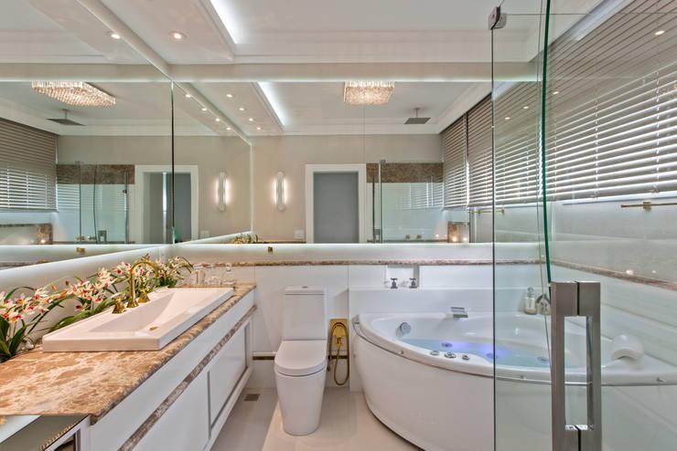 Casa Tripoli: Banheiros  por Arquiteto Aquiles Nícolas Kílaris