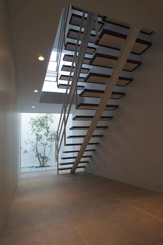 1階玄関ホール: 東章司建築研究所が手掛けた廊下 & 玄関です。,