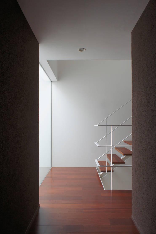 2階階段: 東章司建築研究所が手掛けた廊下 & 玄関です。,