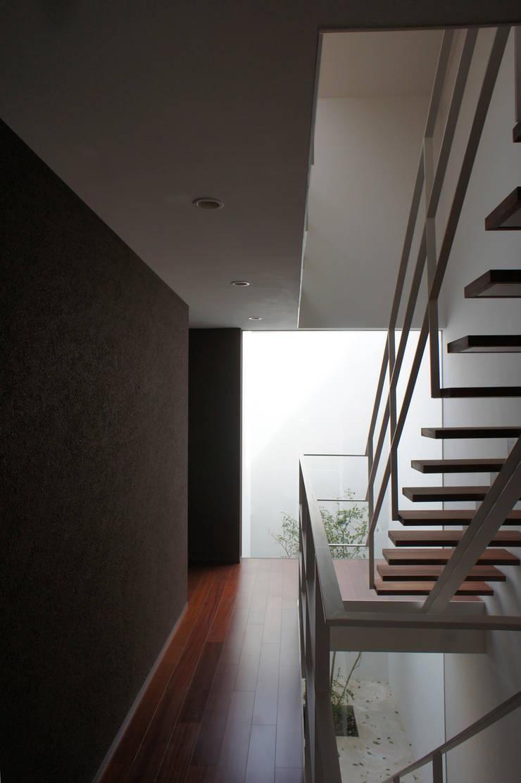 2階廊下: 東章司建築研究所が手掛けた廊下 & 玄関です。,