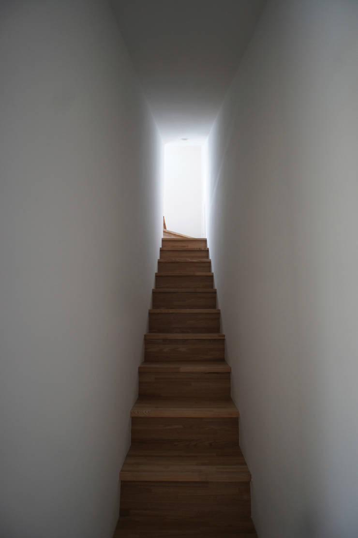 階段: 東章司建築研究所が手掛けた廊下 & 玄関です。,