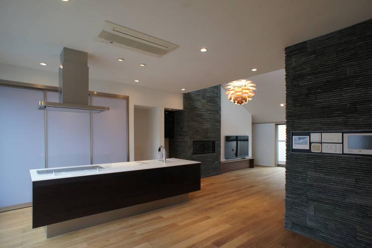 LDK全景: 東章司建築研究所が手掛けたリビングです。,