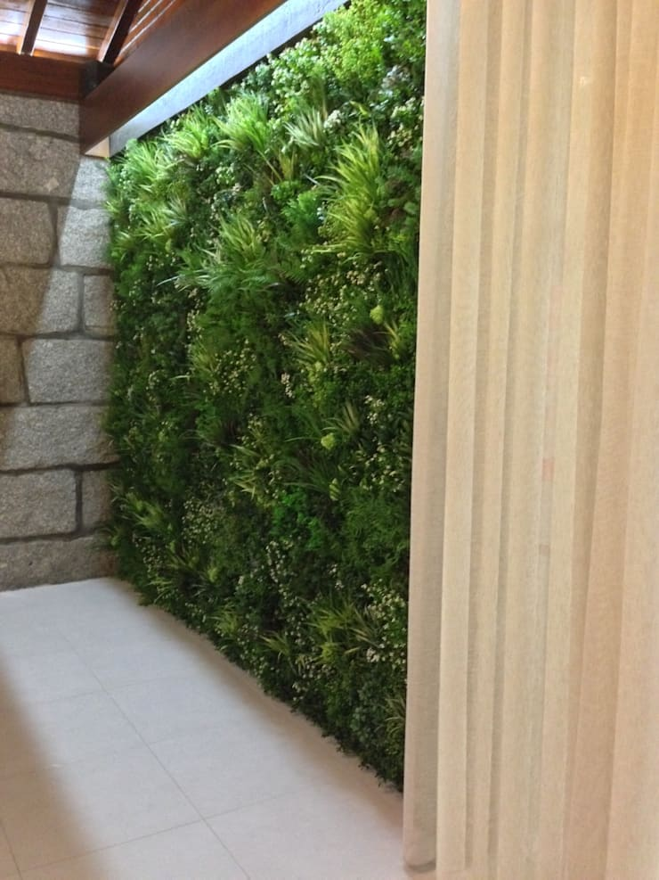 Local após a intervenção:   por Wonder Wall - Jardins Verticais e Plantas Artificiais