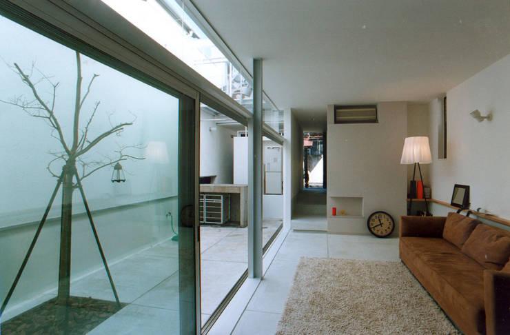 リビングと中庭: 東章司建築研究所が手掛けたリビングです。