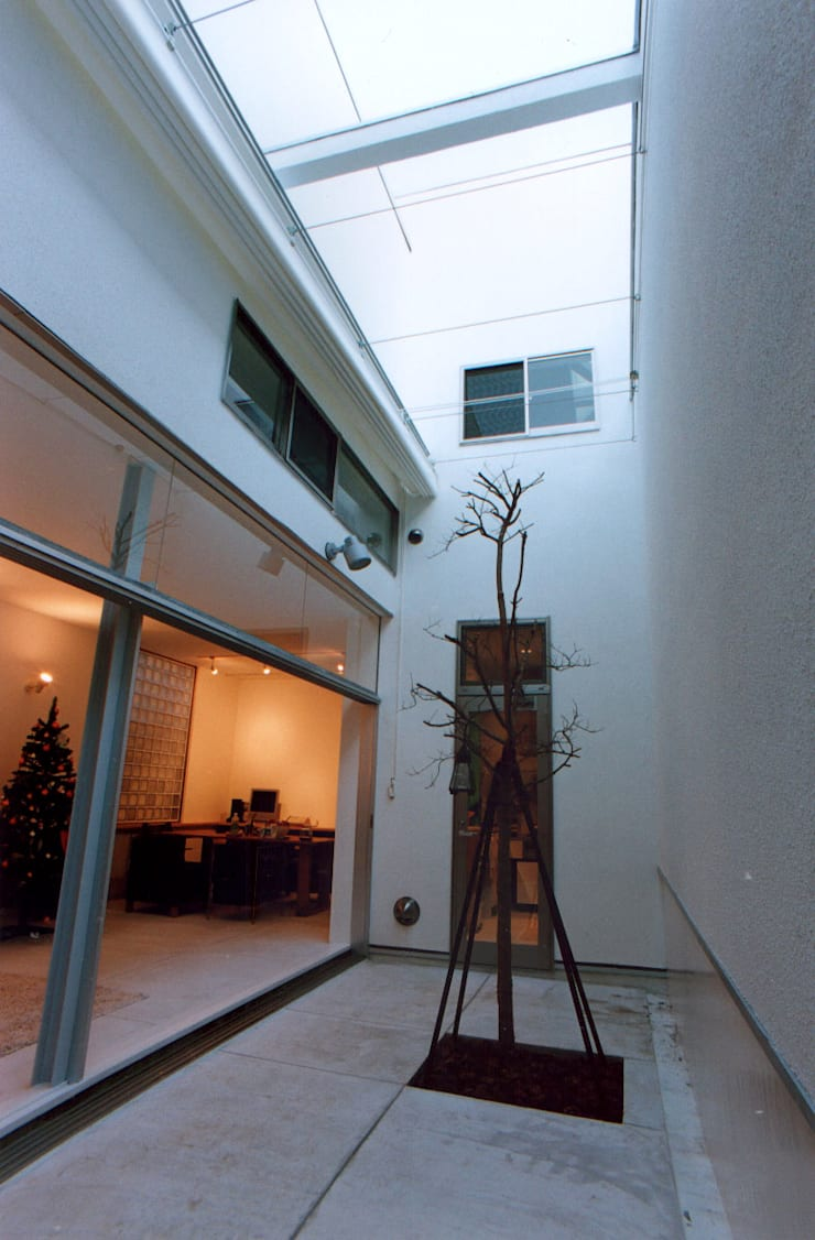中庭: 東章司建築研究所が手掛けたテラス・ベランダです。