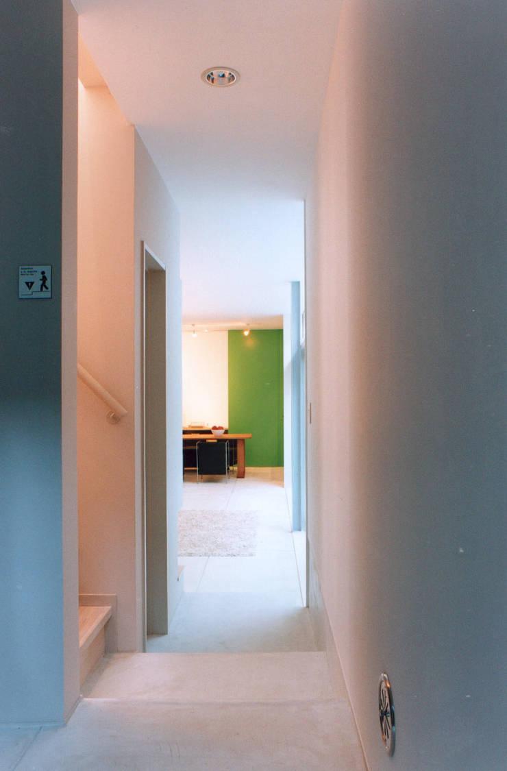 玄関から見るリビング: 東章司建築研究所が手掛けた廊下 & 玄関です。