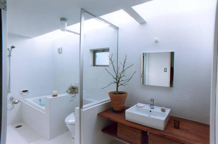Bathroom by 東章司建築研究所