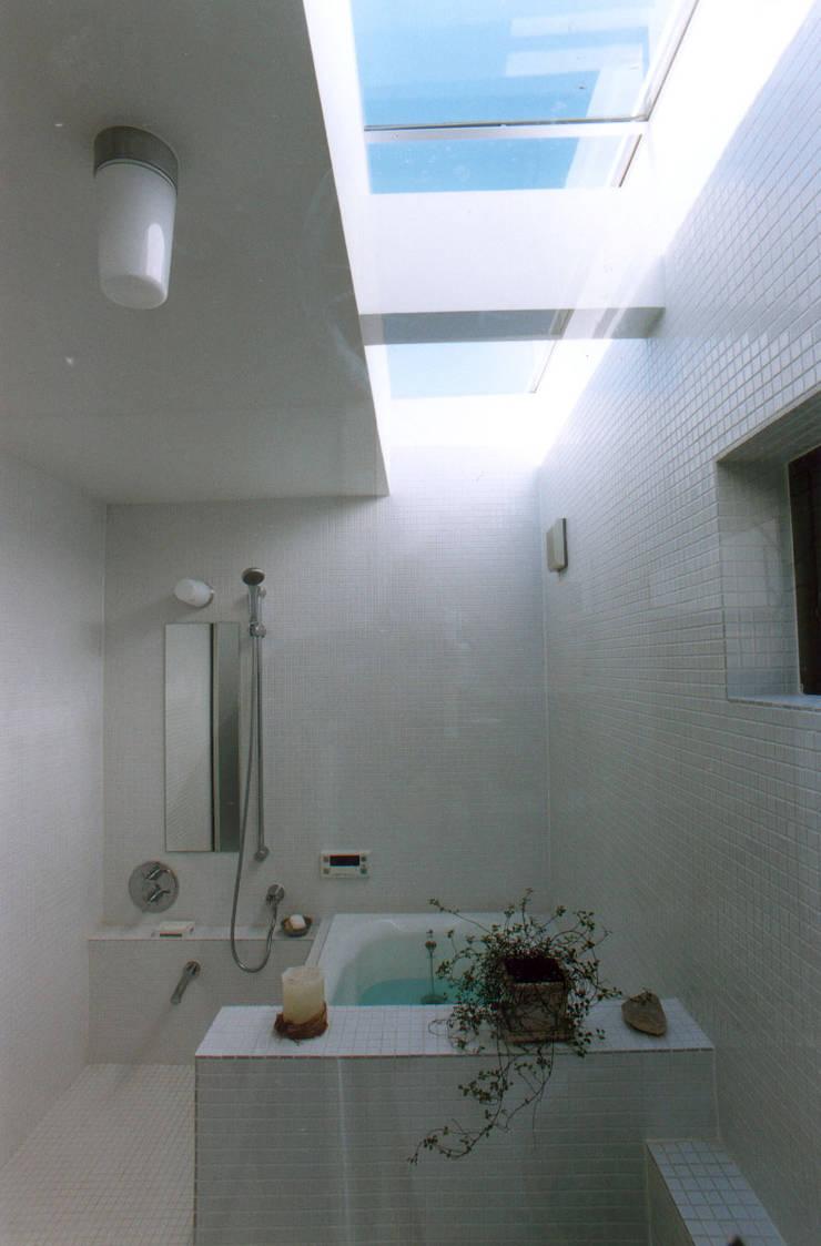Moderne Badezimmer von 東章司建築研究所 Modern Fliesen
