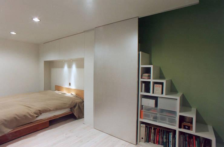 主寝室: 東章司建築研究所が手掛けた寝室です。