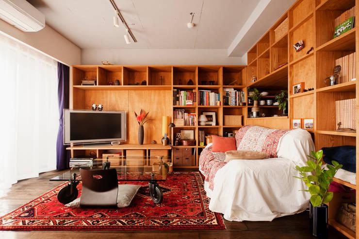 旅の思い出を飾る壁面収納: 株式会社スタイル工房が手掛けたです。