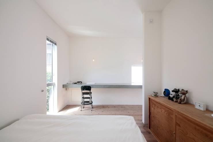 京都南の家: 花屋設計部が手掛けた寝室です。,