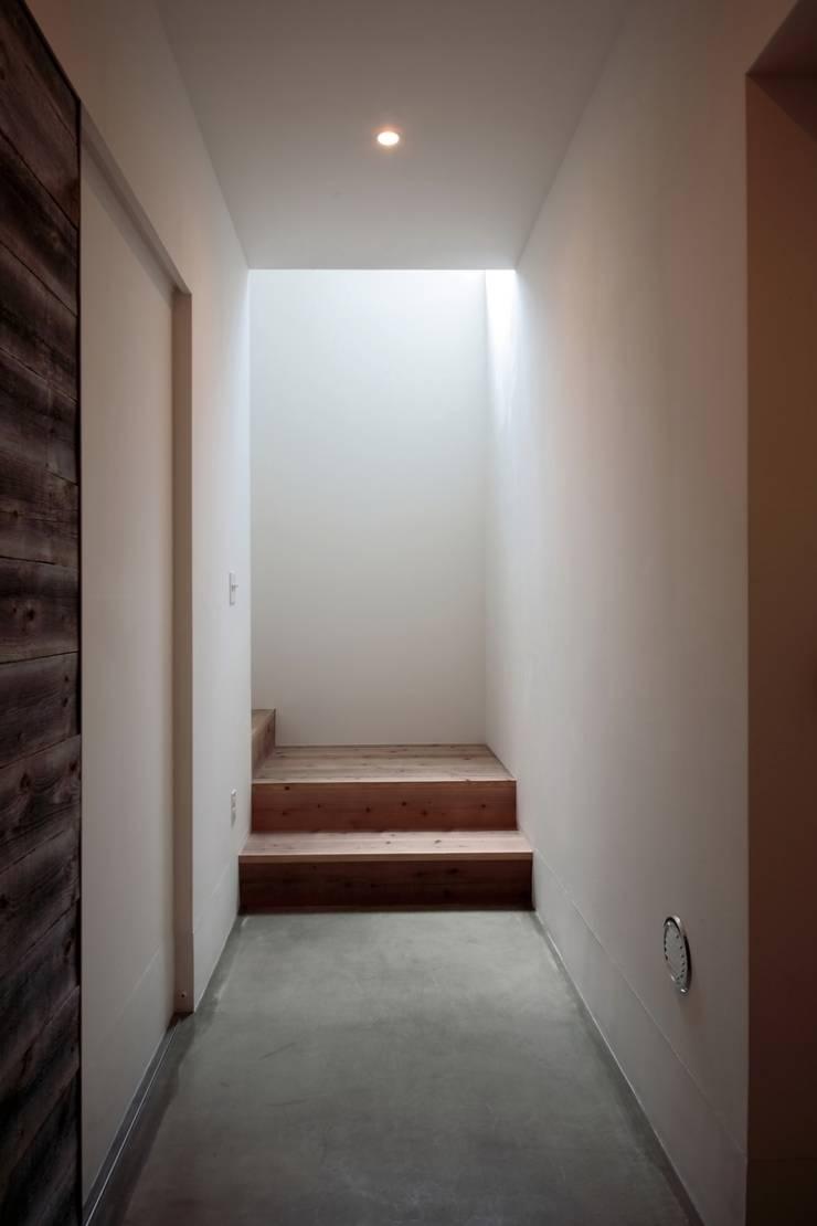 京都南の家: 花屋設計部が手掛けた廊下 & 玄関です。,