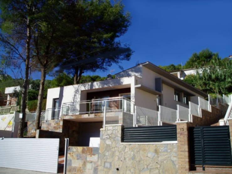 Fachada Principal: Casas de estilo  por Oleb Arquitectura & Interiorismo