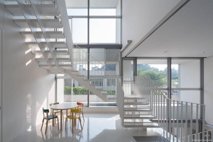内観:階段ラウンジ: Ryo MURATA Laboratoryが手掛けた廊下 & 玄関です。