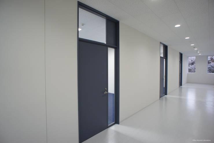 内観:廊下: Ryo MURATA Laboratoryが手掛けた窓です。