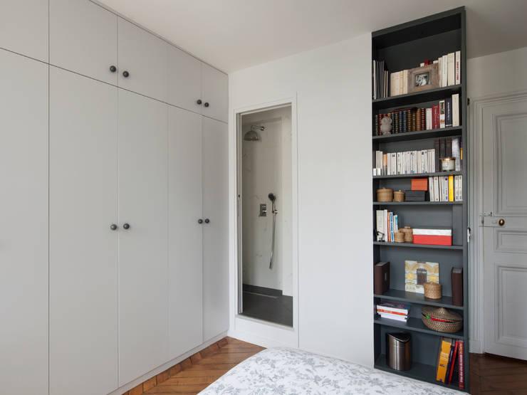 Vicky - Appartement familial de 80 m2 aux Batignolles: Chambre de style de style Moderne par Batiik Studio