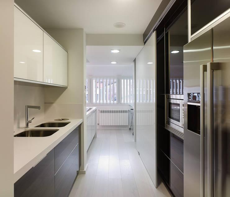 Reforma de piso en Santiago de Compostela: Cocinas de estilo minimalista de Interior Zen. Obras e Proxectos