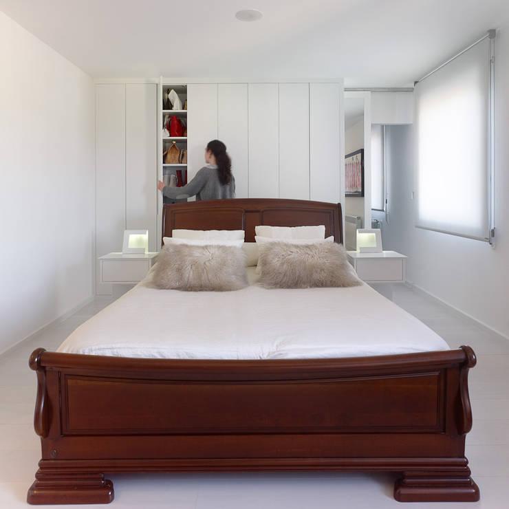 Reforma de piso en Santiago de Compostela: Dormitorios de estilo minimalista de Interior Zen. Obras e Proxectos