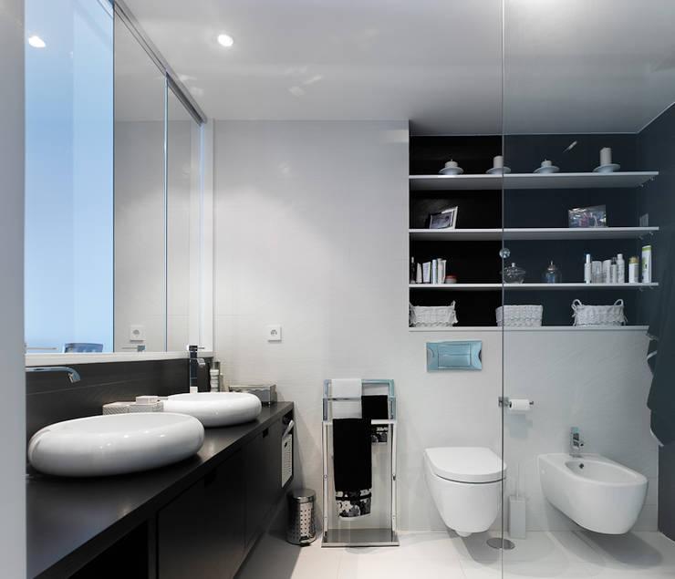 Reforma de piso en Santiago de Compostela: Baños de estilo minimalista de Interior Zen. Obras e Proxectos