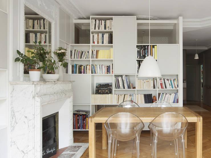 Malo & Pol - Appartement lumineux de 110 m² au Coeur du Marais: Salon de style  par Batiik Studio