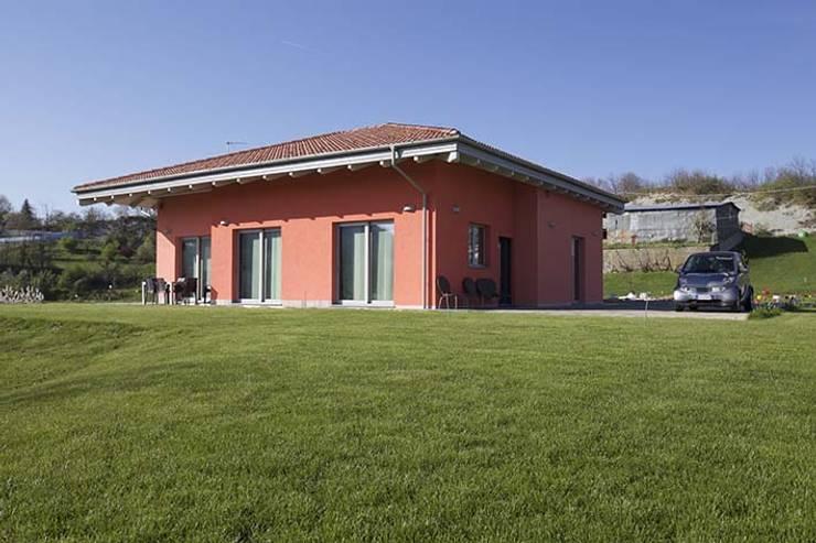Casa B • Wood house: Case in stile in stile Scandinavo di Elisabetta Goso >architect & 3d visualizer<