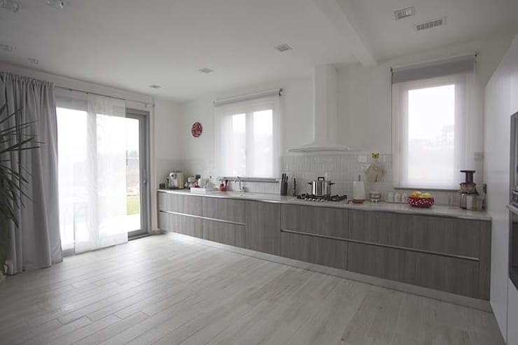 Casa B • Wood house: Cucina in stile in stile Scandinavo di Elisabetta Goso >architect & 3d visualizer<