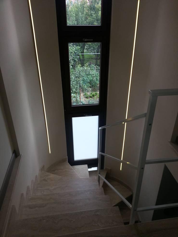 Casa SM: Ingresso & Corridoio in stile  di ArchitetturaTerapia®,