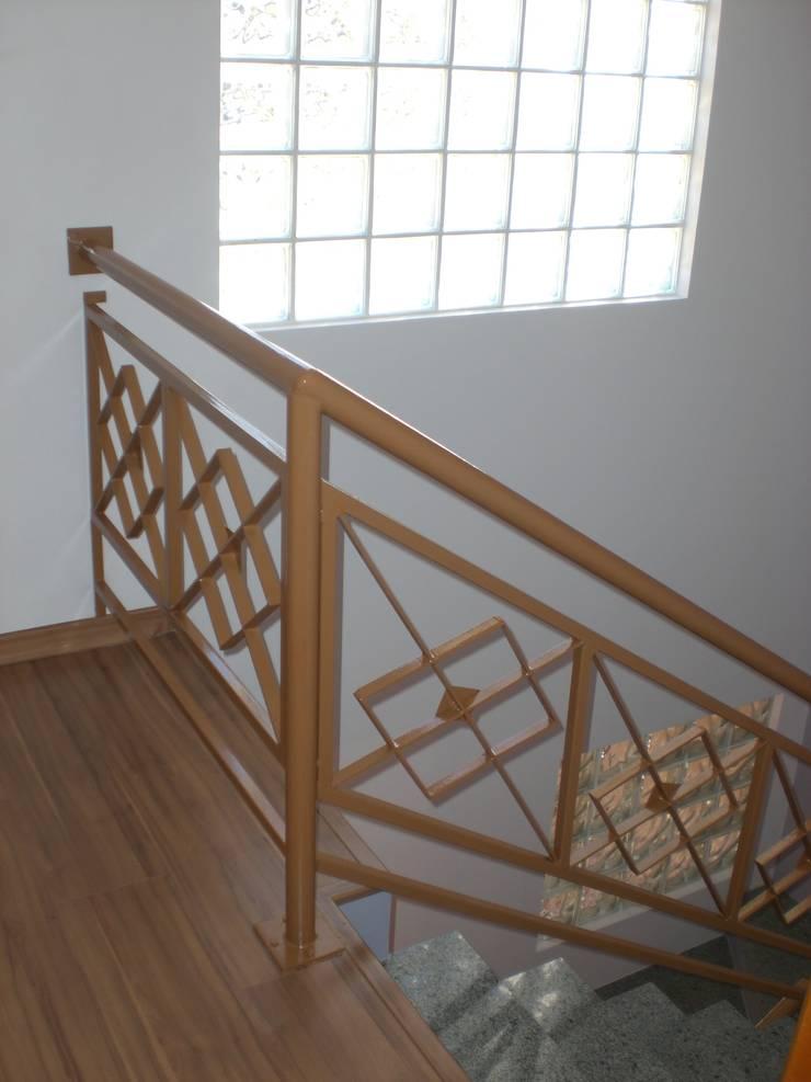 Guarda-corpo da escada: Corredores e halls de entrada  por Graziela Alessio Arquitetura,