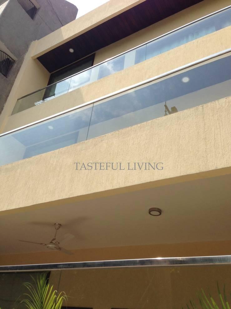 Hiên, sân thượng theo Tasteful living, Hiện đại