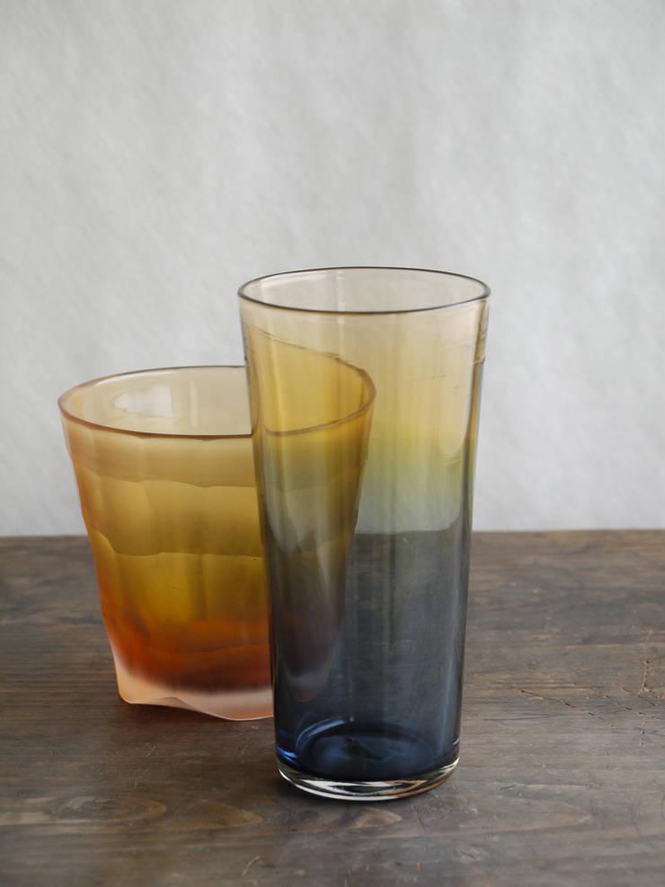 グラス「空の色」: ガラス工房 ラシクが手掛けたリビングルームです。