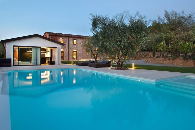 Casas de estilo rústico de MIDE architetti