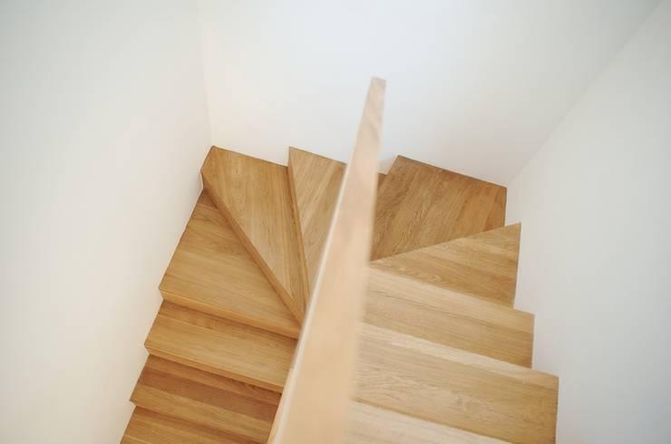 Avramovic Sion: Couloir et hall d'entrée de style  par Modelmo ScPRL