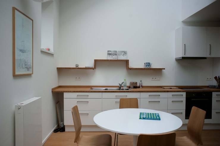 DeRadigues: Salle à manger de style de style Moderne par Modelmo ScPRL