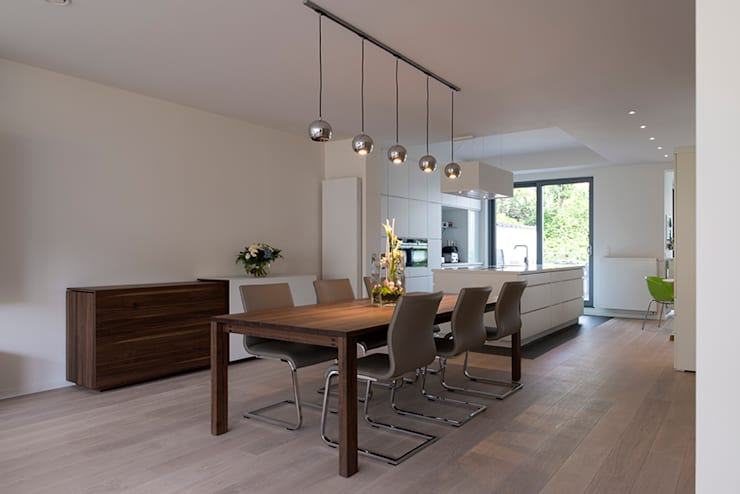 Godefroid: Salle à manger de style de style Moderne par Modelmo ScPRL