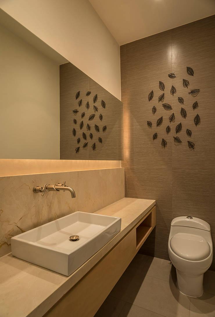 Baños de estilo moderno de ROMERO DE LA MORA Moderno