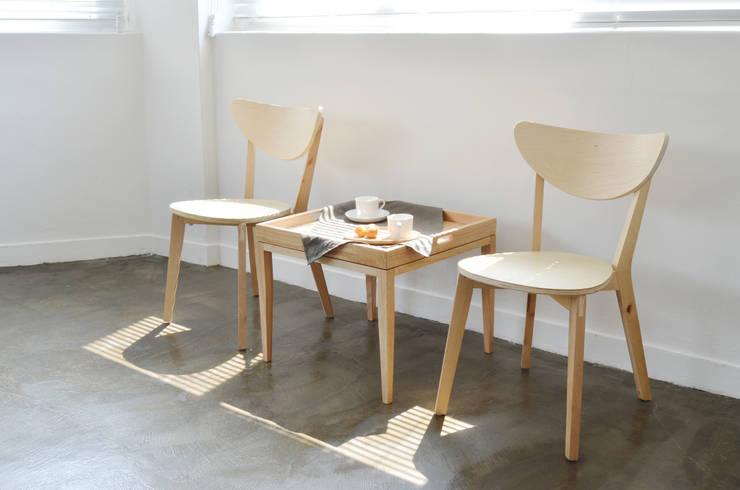 컨버터블 사이드 테이블: 우든하우스 의  거실