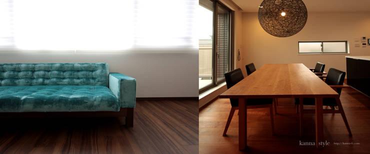 鮮やかなブルーのソファーとブラックチェリーのテーブル: 株式会社 kannaが手掛けたリビングルームです。