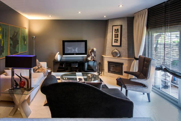 Una vivienda vanguardista: Salones de estilo moderno de Belén Sueiro
