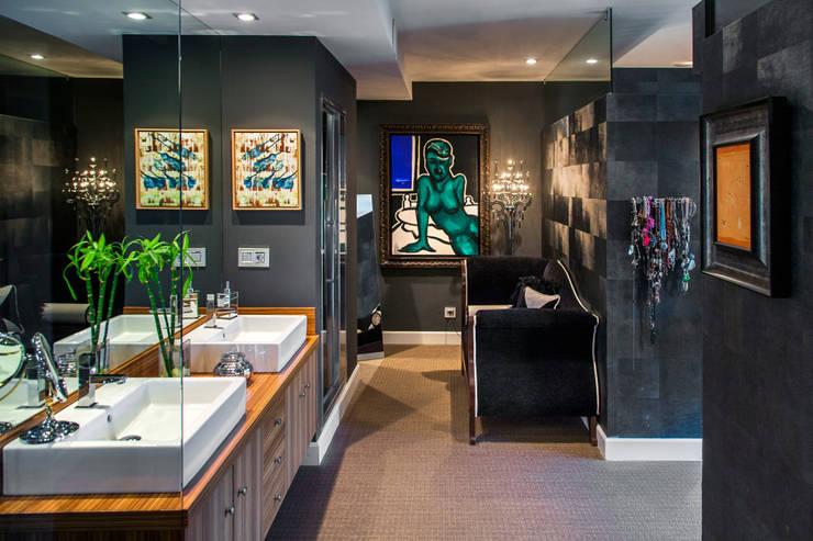 Una vivienda vanguardista: Baños de estilo  de Belén Sueiro