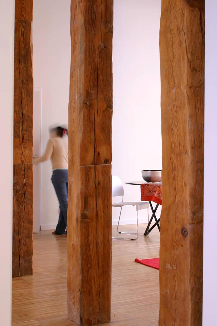 Rehabilitación de edificio ATOCHA. Madrid Pasillos, vestíbulos y escaleras de estilo moderno de Beriot, Bernardini arquitectos Moderno