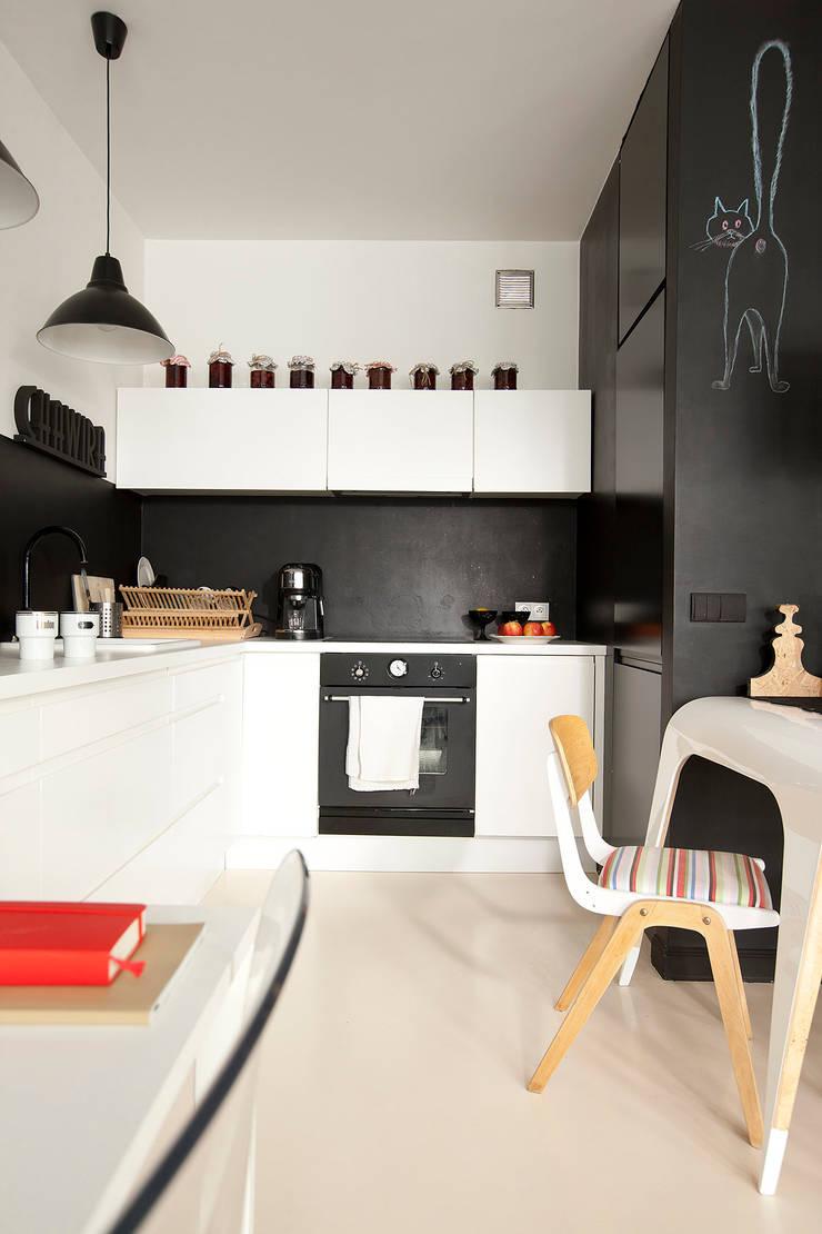Studio w Wilanowie: styl , w kategorii Kuchnia zaprojektowany przez Sic! Zuzanna Dziurawiec