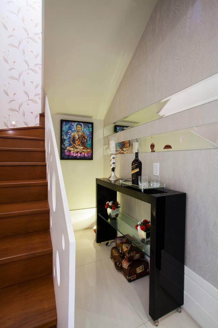 Espaço sob a escada: Corredor, vestíbulo e escadas  por Janete Krueger Arquitetura e Design