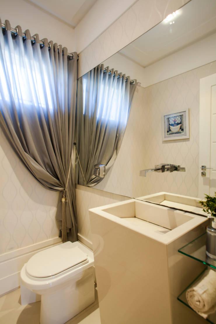 Lavabo com papel de parede e cortina: Banheiro  por Janete Krueger Arquitetura e Design