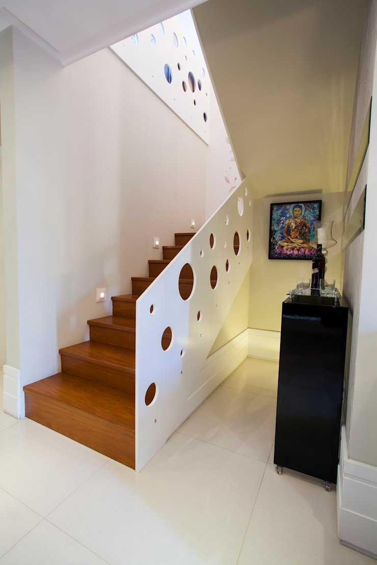 Aparador com laca preta: Corredor, vestíbulo e escadas  por Janete Krueger Arquitetura e Design
