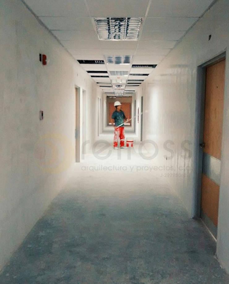 Avance obra - Pasillo Hospitalizaciion: Pasillos y vestíbulos de estilo  por retross arquitectura y proyectos